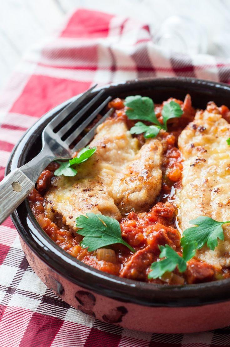 Kurczak na sosie pomidorowym z chorizo.