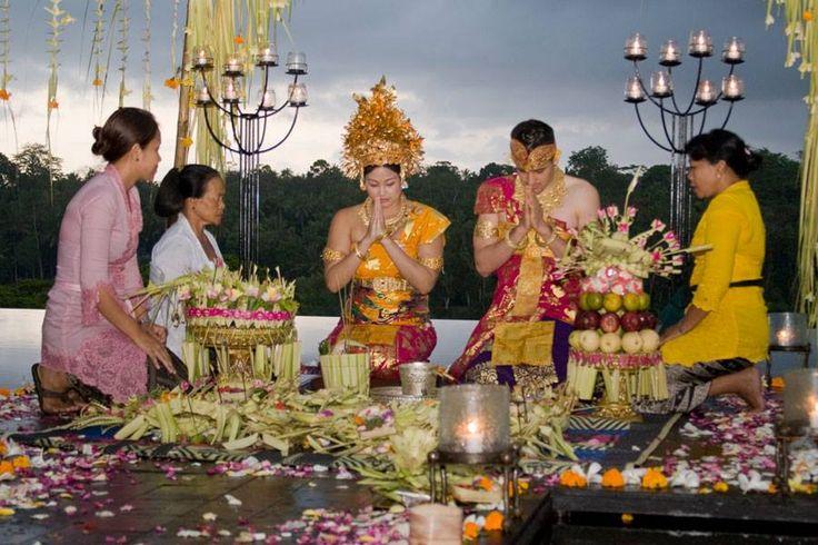 Uno de los ritos más importantes en la cultura balinesa es el limado de dientes, conocido como Suddhi-Wadani, y que se identifica con el paso a la vida adulta.  [Leer más -> on.fb.me/1Ht8bsK].  #bodas #tradiciones #Bali