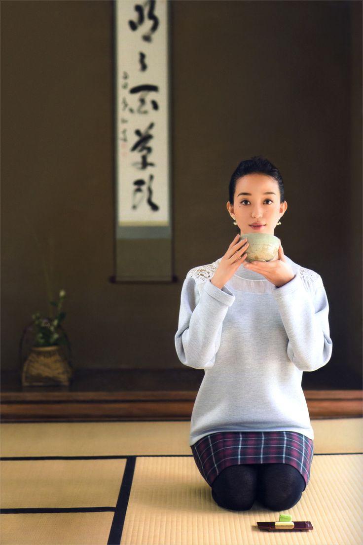 和室で正座をする松島花
