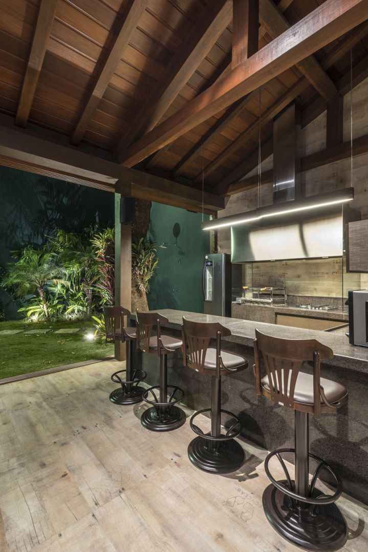 Decoração, bar, espaço gourmet, telhado, banqueta, piso de madeira, estrutura aparente, estrutura de madeira, cozinha, cozinha gourmet, casa, decoração de casa, madeira