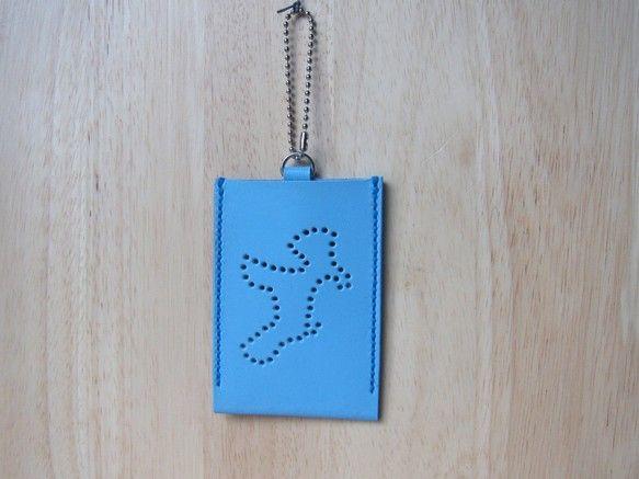 手縫のレザーパスケースです。シュナウザーの形をドットホールで表現しました。SUICAやPASMOなどのICカードなどを入れてお使い頂けます。毎日の通勤通学のお供にいかがでしょうか?ケース内のカードはドットホールからチラッと見えます。ーーーーーーーーーーーーーーーーーーーーーーーーー・革色:ブルー(牛革)・重量:約22g・サイズ:約100mm x 70mm x 4mm(内法:約58mm x95mm)ーーーーーーーーーーーーーーーーーーーーーーーーー*マチがないスリムタイプです。