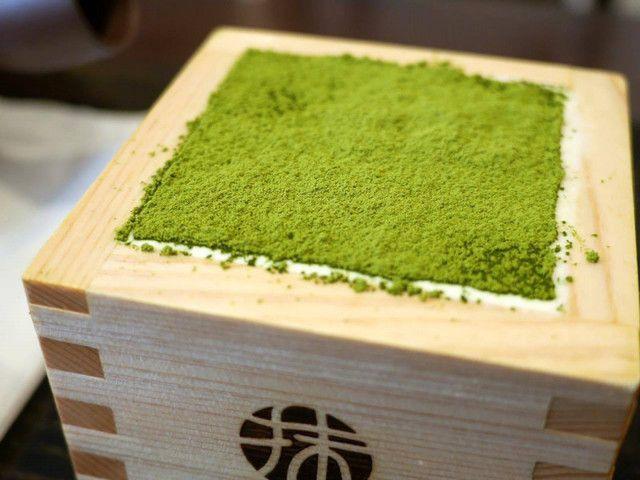 今、SNS上で話題沸騰中の「抹茶ティラミス」をご存じでしょうか。京都に新しくできたお店で食べることができるスイーツなのですが、平日でも大行列必至という人気っぷりです。その行列を並んででも食べる価値があるそうですよ。