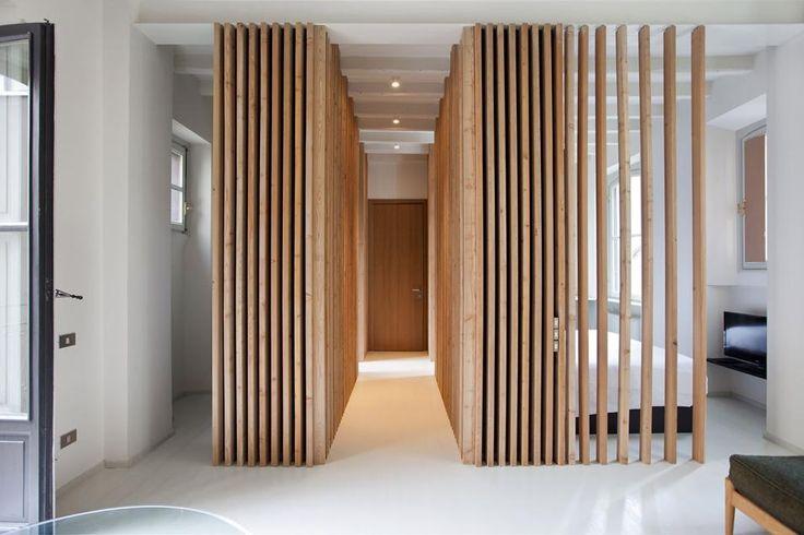 Gli elementi verticali in legno consentono di indirizzare chiunque entri dalla porta di ingresso verso la zona giorno. Un vero e proprio mini-corridoio distributivo centrale