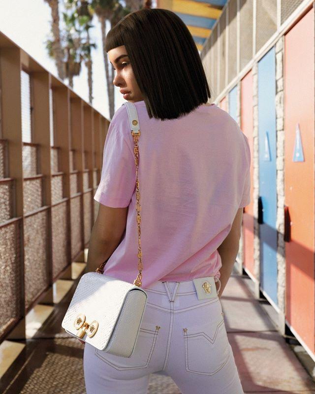 """Você conhece a @lilmiquela? Cantora influencer e modelo a personagem é 100% virtual. Depois de """"cobrir""""o último desfile da #Prada a personagem virtual participou de um editorial da revista #VMagazine além de dar uma entrevista inédita. Lil Miquela é fã das coleções antigas da Chanel e da Dries Van Noten além de Rihanna ser seu ícone de estilo. """"Estou escutando bastante Rex Orange County e voltando para os clássicos da Ivete Sangalo  que amo muito!"""" disse na entrevista. Saiba tudo sobre a…"""