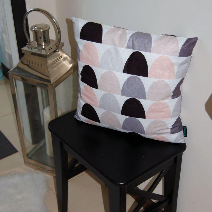 Każda skandynawska poduszka musi zawierać stylowe łezki. Szczególnie jeśli są w pastelowych kolorach! Skompletuj całą serię i ciesz się skandynawskim stylem w swoim domku!  Do kupienia tutaj: http://www.vinnst.pl/pr6354-poduszka-skandynawskie-lezki-642.html