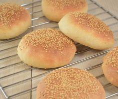 Maak zelf eens deze zelfgemaakte hamburgerbroodjes. Makkelijk om te maken en zo ontzettend lekker. Met een lekker hamburger, kaas, sla en een sausje.