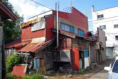 余市~積丹(歓楽街の入口)トタンの家