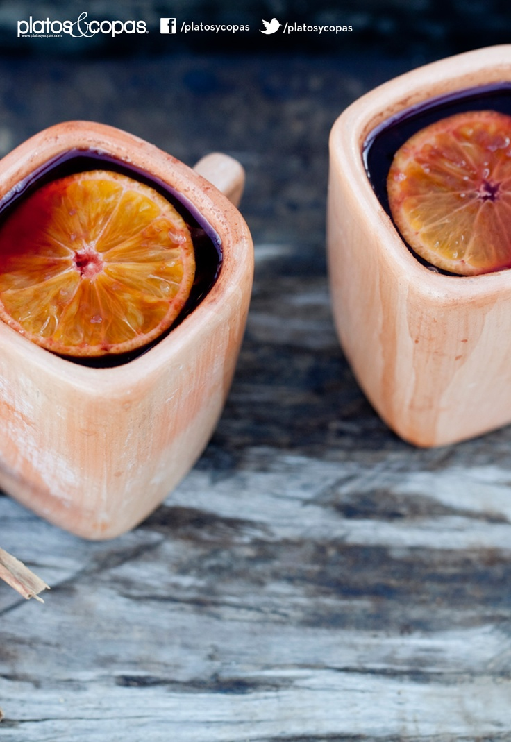 Revista PlatosyCopas // Navegado: vino tinto, clavos de olor, canela, jugo de naranja, rodajas de naranjas y azúcar.