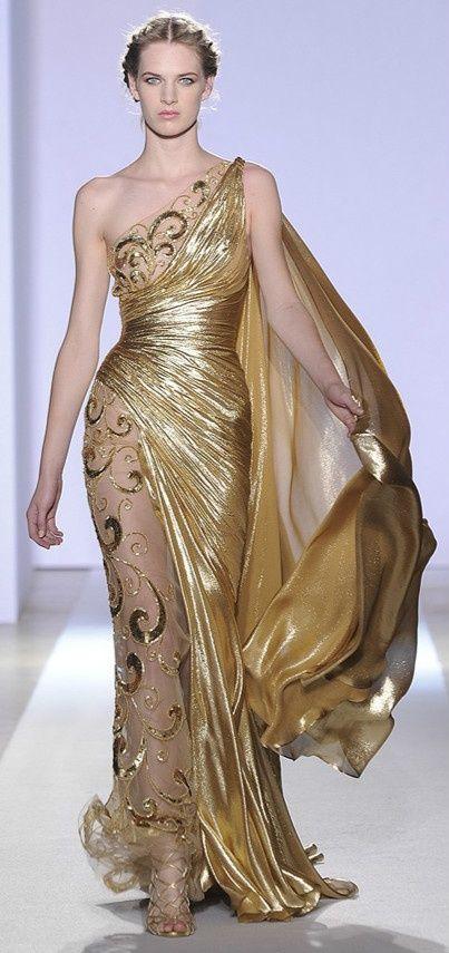Los tonos dorados son  muy propicios para los vestidos para bodas de noche. Los grandes diseñadores apuestan por el dorado y las transparencias