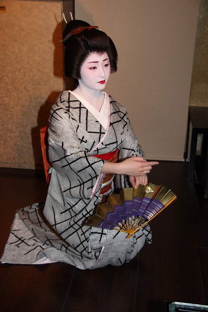 February 2017: Famous Geiko Satsuki (Tsurui Okiya) of Gion Kobu performing in a grogeous black shibori-kimono.  Source: Yuko Sakata on Facebook