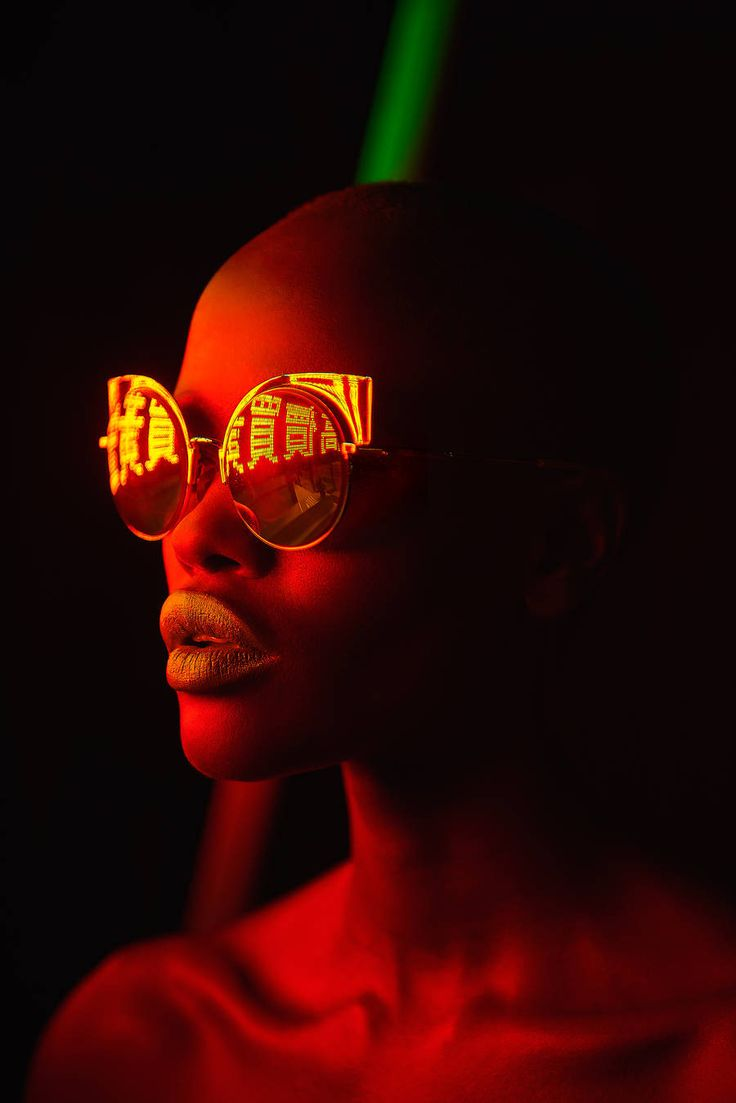 Mathew Guido made a beautiful portrait series entitled Eye Candy. He immortalized women wearing sunglasses, under the colorful neon lights and that it's reflected in the glasses. A very pop series where bodies and faces are drawn between lights and shadows.