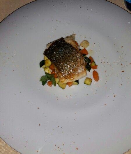 Filetto di pesce su letto di verdura