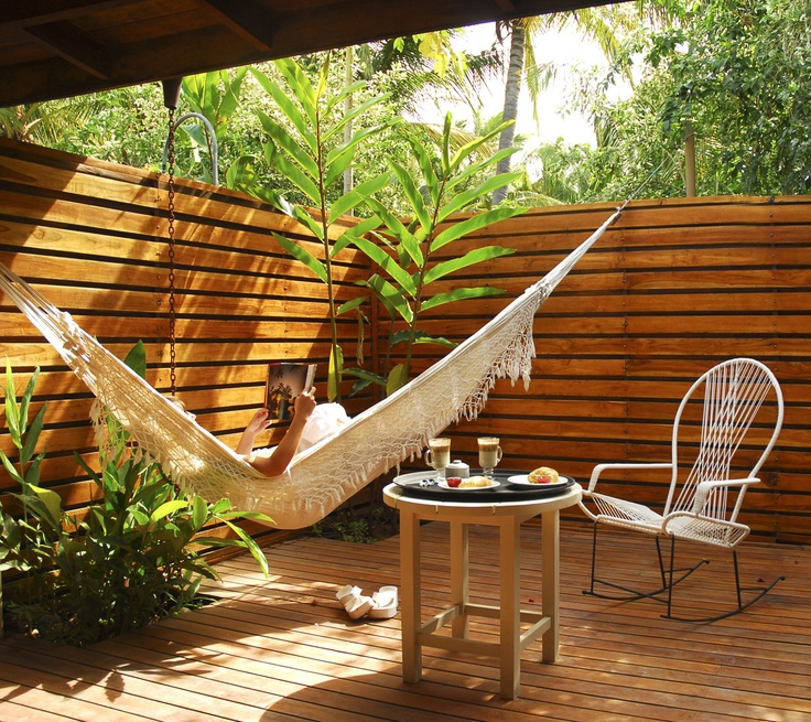 Pour le rempart... un peu comme la <>  hi..  Hammock / wood patio. The Harmony Hotel, Costa Rica.