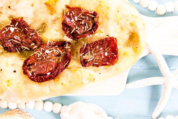 Rezept für frisch gebackenes Focaccia - toll zum Grillen oder einfach, um an den Sommer zu denken!    titatoni.de