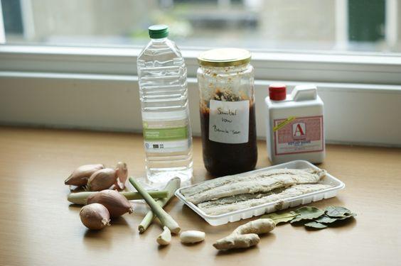 Pepesan Ikan, oftewel Indische hete makreel. In plaats van laos kan gember en voor een heerlijke kokosgloed kun je Santen toevoegen. - 2 grote gerookte makrelen, schoongemaakt (ong. 500 gram vis) - 4 sjalotjes - 2 teentjes knoflook - 4 stengels sereh - 8 dikke plakjes laos - 8 limoenblaadjes - 1tl trassi - 1el azijn - 2tl (palm)suiker - 1el ketjap manis - 1 el olie - 4-8 el sambal badjak of andere gebakken sambal - peper en zout