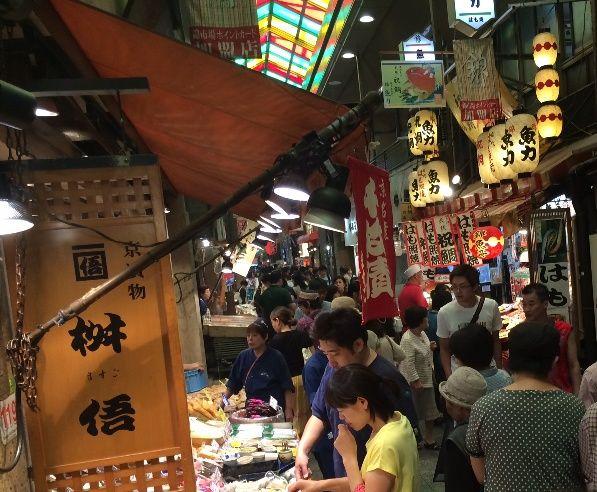 週末は観光地化する錦市場。