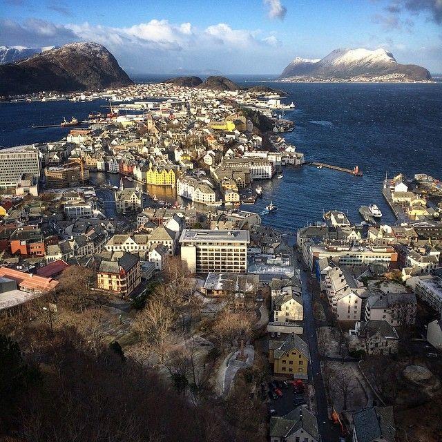 #Ålesund - en vakker by i havgapet. #møreogromsdal #norge #norway #nhoreiseliv #nature_featuring #bestofnorway #bestofscandinavia #beautiful_earth_pics #visitnorway  #amazing_shots #selgnorge #superb_shots #fjords #westernnorway #rsa_water #rsa_nature #sunnmøre #top_landscapes #ilovenorway #Padgram