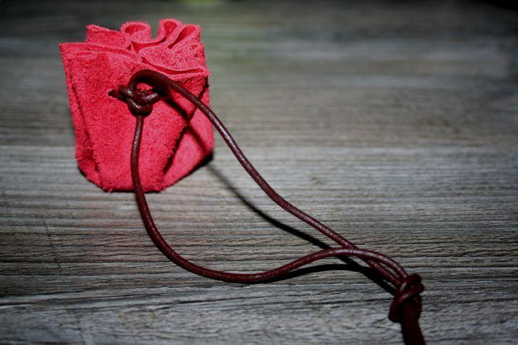 Einen mittelalterlichen Lederbeutel selber machen Ich habe euch auf die Schnelle mal so einen kleinen Mittelalterbeutel hergestellt. Damit möchte ich euch zeigen, wie man die berühmten mittelalterlichen Lederbeutel schnell und einfach selber mache...