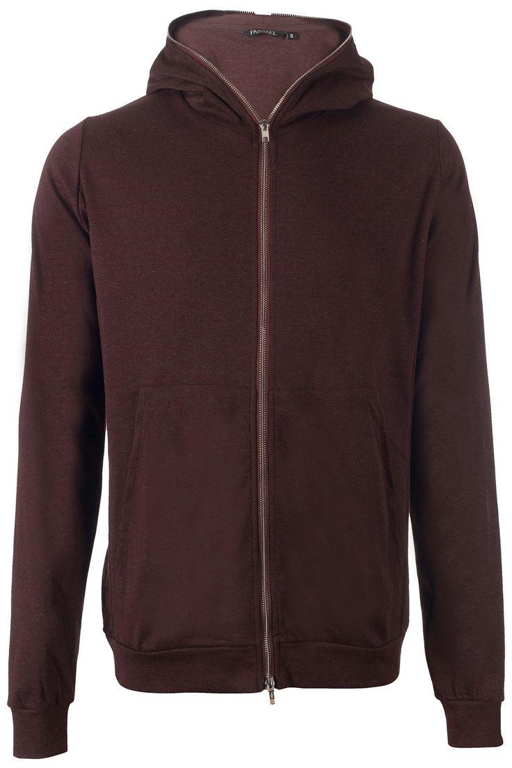 Stretch vest van het exclusieve merk Franzel Amsterdam in een diep paarse kleur waarbij de rits helemaal doorloopt tot in de capuchon. Franzel Amsterdam staat aan de zijkant geborduurd.