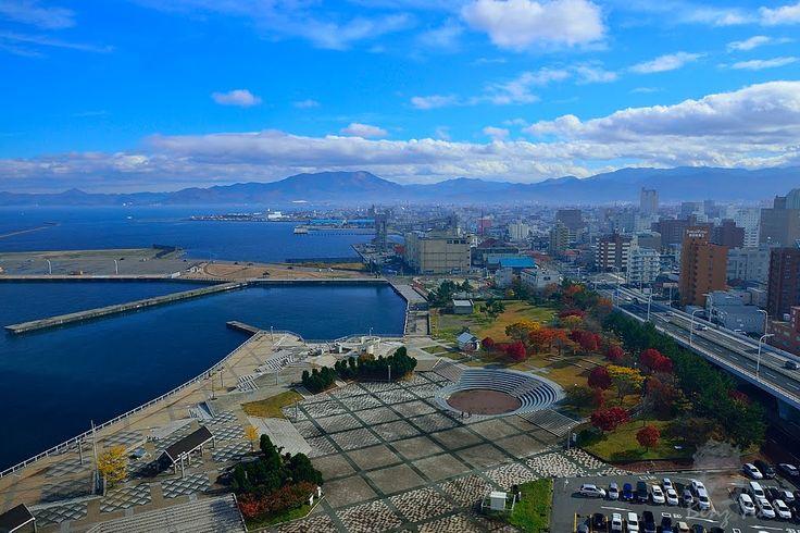 view of Amori Port (青森港) from the Aomori Prefecture Tourist Center (http://www.aomori-kanko.or.jp/web/) | photo: Benz Yu || Aomori City (青森市), Aomori Prefecture (青森県), Japan (日本)  || 青森觀景台眺望青森港