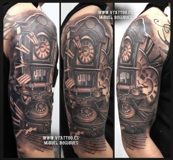 Tatuaje reloj antiguo con un teléfono - Miguel Bohigues - V Tattoo