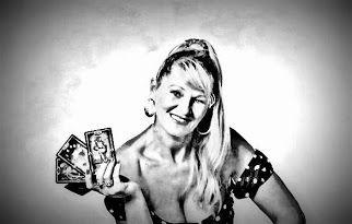 Ilona Éva stellt eine Brücke zwischen der Welt der alten Mysterien und dem modernen Leben dar, deshalb ist dieses Buch nahezu eine Pflichtlektüre für alle anfänglichen und fortgeschrittenen Tarot-Kartenleger und Sammler. www.tarotakademia.hu