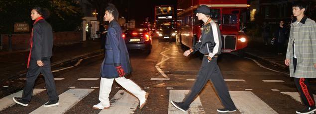 La première collection de la styliste défile sur le passage piéton d'Abbey Road, rendu célèbre par les Beatles.