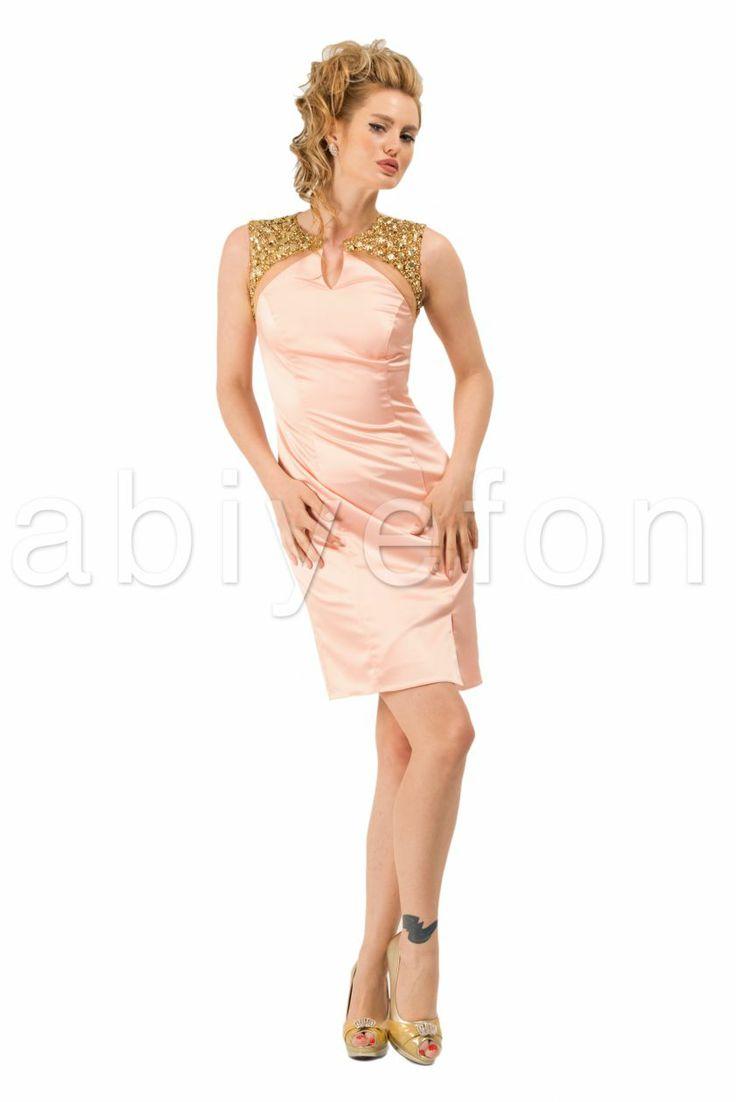 en şık gece elbisesi modelleri için somon rengini tercih edin.