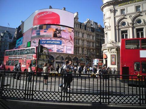 Picadilly Circus dove bus e taxi sfrecciano e s'incrociano Regents street e l'omonima Picadilly #Londra #London #PicadillyCircus