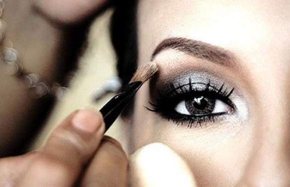 Weddbook ♥ Gorgeous, Argento Smokey Eye Makeup. Trucco degli occhi per gli occhi scuri.  Smokey