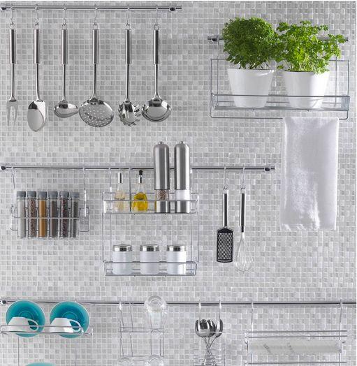 Essa ideia, além de decorar a parede da cozinha, facilita o dia a dia deixando tudo a mão. A hortinha dá um charme a mais! http://www.imovelweb.com.br/noticias/ideias-para-quem-esta-projetando-ou-reformando-a-cozinha/?utm_source=twitter&utm_medium=conteudo&utm_campaign=organizacaocozinha