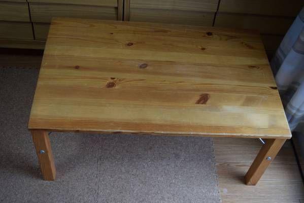無印良品のローテーブルです。パイン材で軽くて丈夫です。また、簡単に折りたためるので大変便利です。我が家では子供用のテーブルにしていましたので傷があります。幅800㎜奥行500㎜高さ350㎜天然目パイン材発送はハコブーンを予定しています。