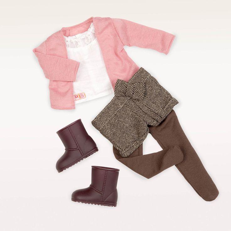 Dit kleding setje Country Classic van Our Generation is geschikt voor poppen van 46 cm groot en bestaat uit:  1 x wit shirt met kant 1 x roze vestje 1 x bruine panty 1 x kort broekje 1 x paar bruine laarzen