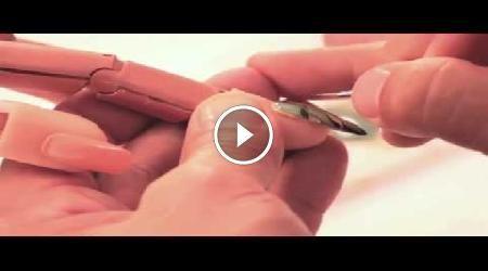 In questo video tutorial, vedrete come realizzare una nail art utilizzando i pigmenti colorati. L'occorrente per realizzare questa nail art è: smalto per la base, gel
