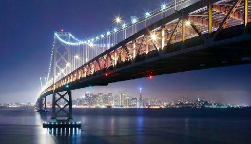 Le Golden Gate Bridge (littéralement le « pont de la porte d'or ») est un pont suspendu de Californie qui traverse le Golden Gate, détroit qui correspond à la jonction entre la baie de San Francisco et l'océan Pacifique.