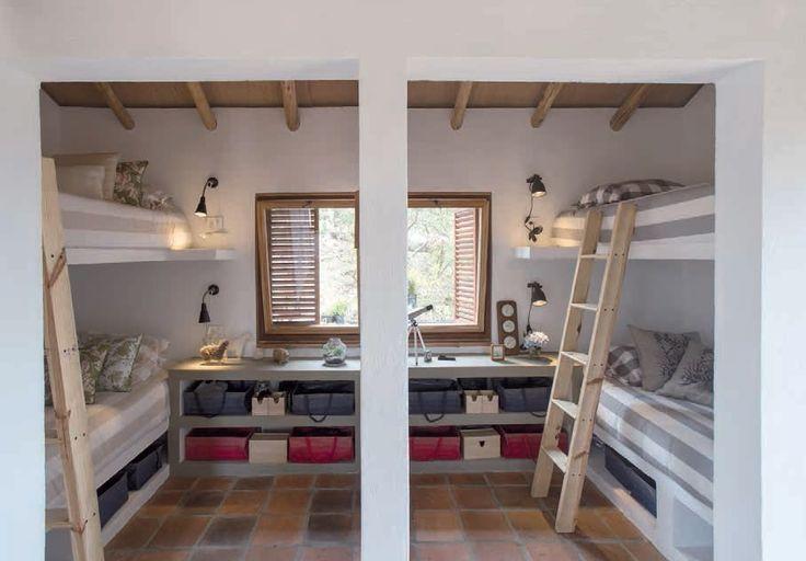 MEDIANTE MUEBLES DE MAMPOSTERÍA se desarrollan las dos habitaciones que acomodan a cuatro personas. Con una paleta suave su interior se ve más espacioso, si bien tienen 5.4 m² cada una.