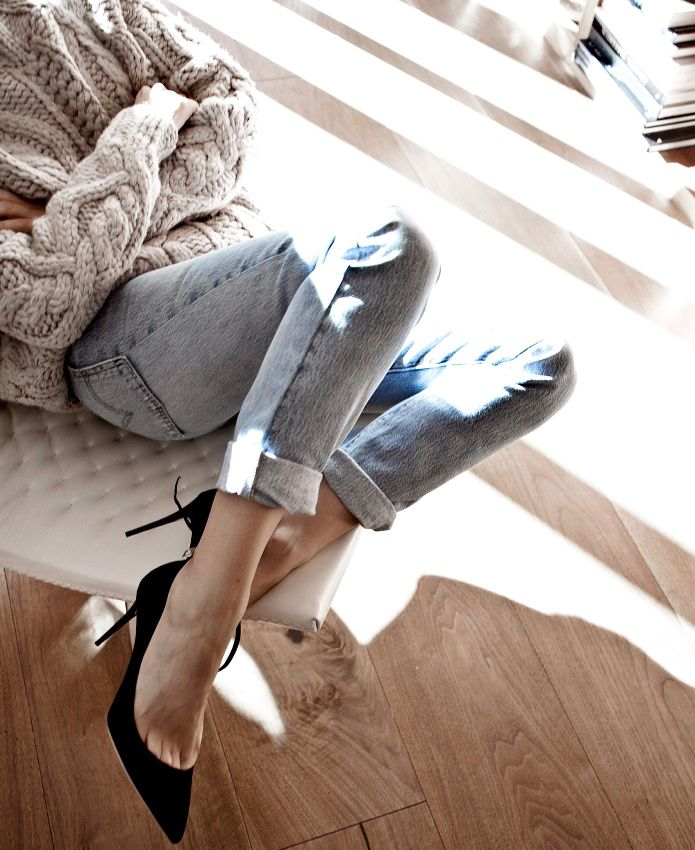 Gros pull torsadé + jean clair roulotté sur la cheville + escarpins noirs = le bon mix