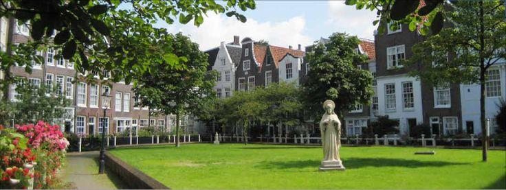 Begijnhof garden: tranquil square in downtown Amsterdam, Nieuwezijds Voorburgwal 373