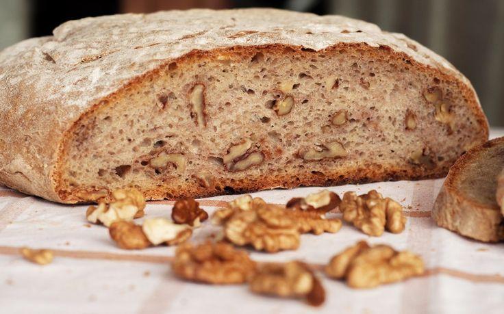 Il pane alle noci si può realizzare anche nel forno di casa: preparate il poolish e usate noci non trattate seguendo questa ricetta passo per pass.