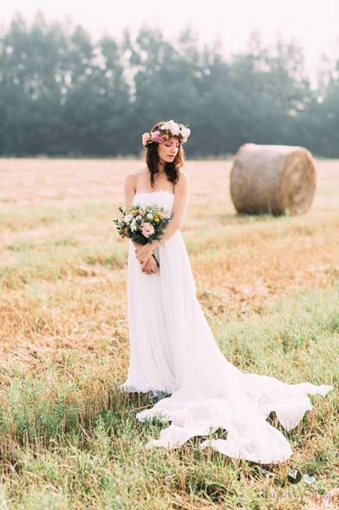 #bajkowesluby.pl #bajkowesluby #bohobride #bride #field #mood #love #weddingsession #bridedress #weddingdress #floralcrowwn #weddingbouquet #naturallight #rustic
