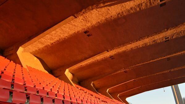 Talvinen aamuaurinko nuolee Ratinan stadionin katsomoa