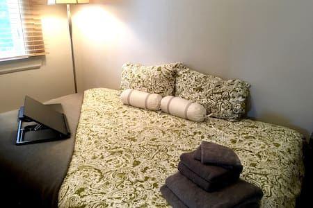 Regardez ce logement incroyable sur Airbnb : Comfortable room near all services - Free parking - Appartements à louer à Ville de Québec