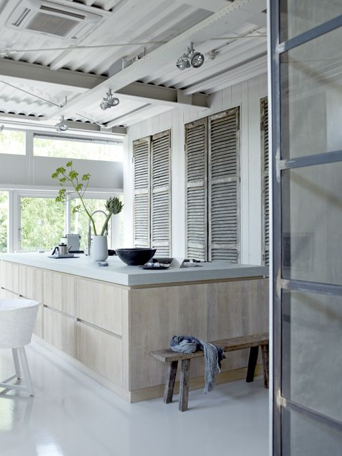 bardage bois blanc et persienne / Kitchen #ShannonvanderHor