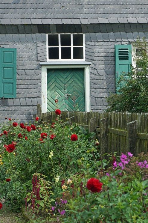 Im Freilichtmuseum in Detmold könnt Ihr in die Vergangenheit reisen: Viele alte Häuser erzählen die Geschichte der Region.