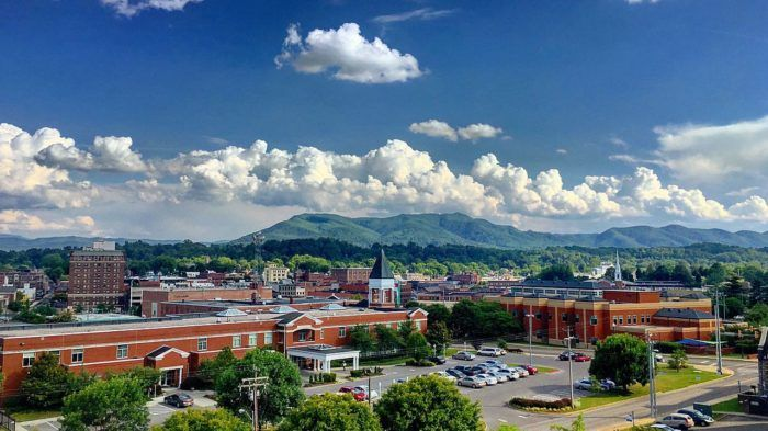 This Charming Tennessee Town Is Picture Perfect For An Autumn Day Trip