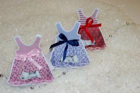 Contenant à dragées en forme de robe http://www.drageeparadise.fr/contenant-a-dragees-vide_29_contenant-dragee-bapteme-en-carton_contenant-a-dragees-robe__1119_1.html