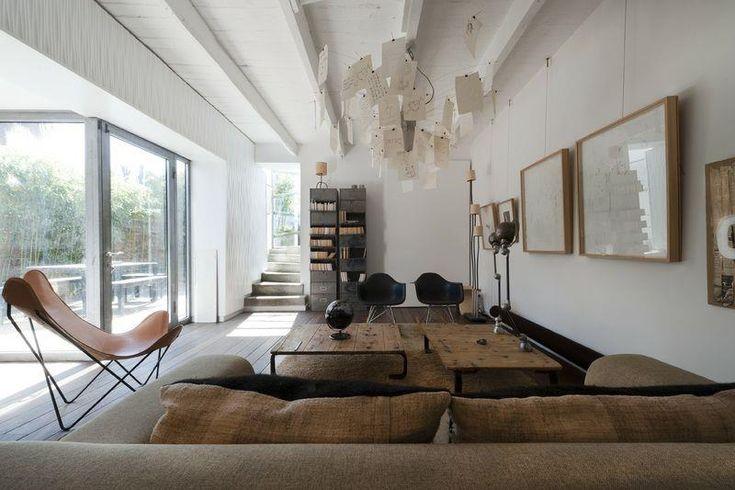 Salon contemporain béton et bois avec de beaux volumes et un accès ...