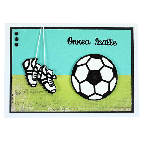 Jalkapalloaiheinen kortti on valmistettu ääriviivatarrojen avulla. Kiinnitä ääriviivatarrat valkoiselle kartongille, leikkaa irti ja kiinnitä korttiin kohotarrapalojen avulla.