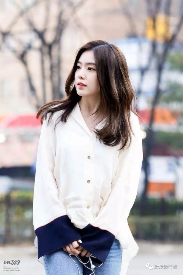 Red Velvet Irene Fashion White Blouse With Blue Cuffs Red
