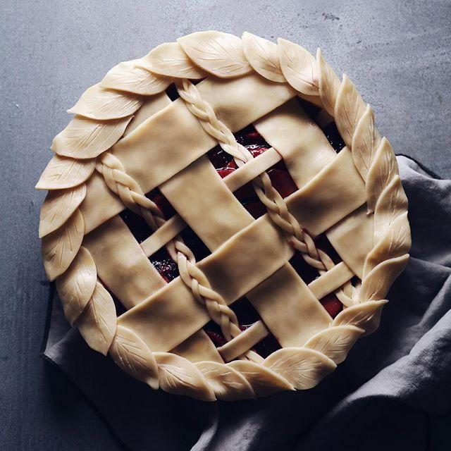 Tirado este pastel de manzana baya del horno un poco antes, junto con el pastel de queso de mi madre.  Dos…